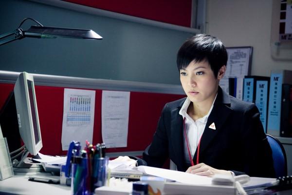 Denise Ho Di Fronte Al Computer In Una Scena Di Life Without Principle 211628