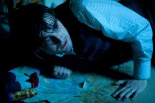 Daniel Radcliffe terrorizzato in una scena di The Woman in Black