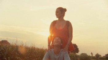 Giacomo Zulian e Stefania Comodin in bicicletta al tramonto in L'estate di Giacomo