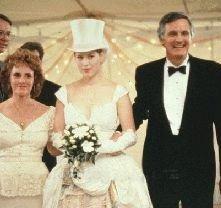 Molly Ringwald e Alan Alda in una scena de Il matrimonio di Betsy