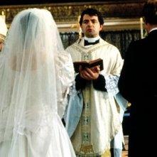 Rowan Atkinson in una scena di Quattro matrimoni e un funerale