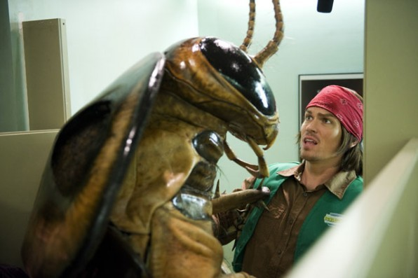 Steve Howey Alle Prese Con Un Enorme Scarafaggio In Una Scena Di Horror Movie 211674