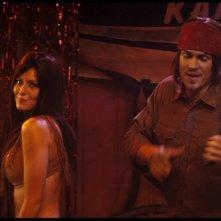 Steve Howey e Diora Baird in una scena della commedia Horror Movie