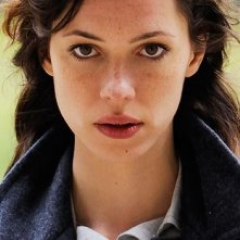 Intenso e inquientante primo piano di Rebecca Hall in The Awakening