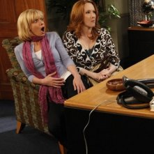 Jaime Pressly e Katie Finneran in una scena del pilot di I Hate My Teenage Daughter