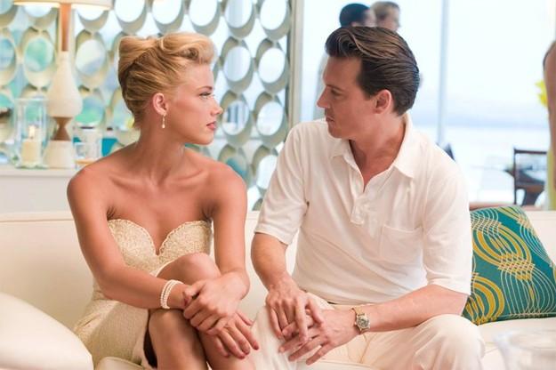 Johnny Depp e Amber Heard in un'intensa scena di The Rum DIary