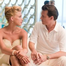 Johnny Depp e Amber Heard in un'intensa scena di The Rum DIary