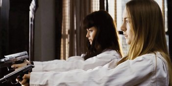 Le pistolere Saoirse Ronan e Alexis Bledel in una violenta scena di Violet and Daisy