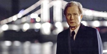 Un suggestivo primo piano di Bill Nighy in Page Eight