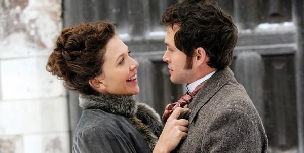 Una Romantica Immagine Di Maggie Gyllenhaal E Hugh Dancy In Hysteria 211885