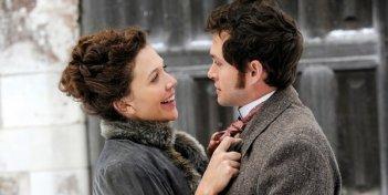 Una romantica immagine di Maggie Gyllenhaal e Hugh Dancy in Hysteria