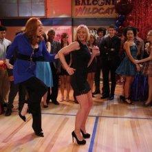 Una scena di ballo per Jaime Pressly e Katie Finneran nel pilot di I Hate My Teenage Daughter