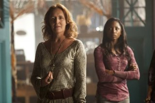 Fiona Shaw e Rutina Wesley nell'episodio Cold Grey Light of Dawn di True Blood