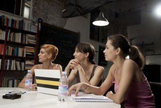 Giulia Bevilacqua con Francesca Inaudi e Giorgia Surina nel film Come trovare nel modo giusto l'uomo sbagliato