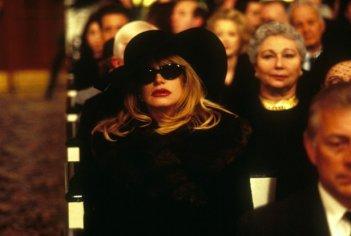 Goldie Hawn in versione 'siliconata' ne Il club delle prime mogli