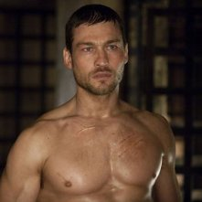 Andy Whitfield nella serie Spartacus: Blood and Sand