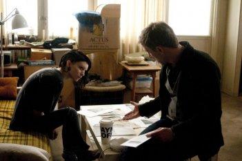 Daniel Craig e Rooney Mara parlano in una scena di The Girl with the Dragon Tattoo