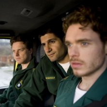 "Da sinistra: Rhys Thomas, Kayvan Novak e Richard Madden in una scena di ""Sirens"""