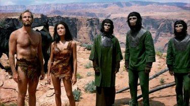 Charlton Heston, Linda Harrison e le scimmie parlanti de Il pianeta delle scimmie