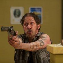 Pistola in pugno per Tim Blake Nelson nella commedia Le regole della truffa