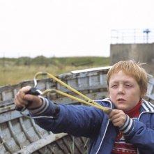 Thomas Turgoose in una scena di This is England
