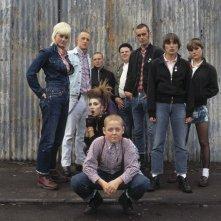 Thomas Turgoose (seduto al centro) con il cast di This is England