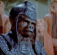 Un minaccioso scimmione ne L'altra faccia del pianeta delle Scimmie