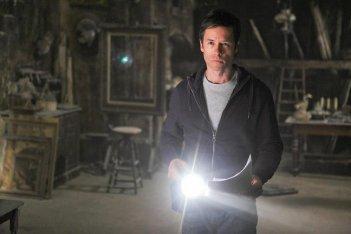 Guy Pearce in una sequenza di Non avere paura del buio