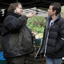 Guillermo Del Toro e Guy Pearce sul set di Non avere paura del buio (2011)