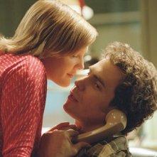 Sam Rockwell e Drew Barrymore in una scena di Confessioni di una mente pericolosa