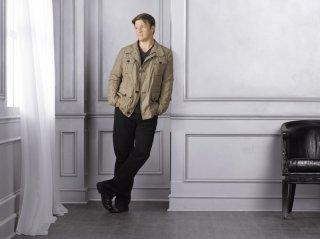 Una foto promozionale di Nathan Fillion per la stagione 4 di Castle