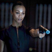 Armi in pugno per Zoe Saldana in una sequenza dell'action thriller Colombiana (2011)