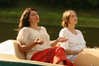 Dagmara Dominczyk e Vera Farmiga in una scena di Higher Ground