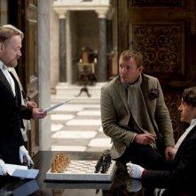 Guy Ritchie illustra a Robert Downey Jr. e a Jared Harris una scena di Sherlock Holmes: Gioco di ombre