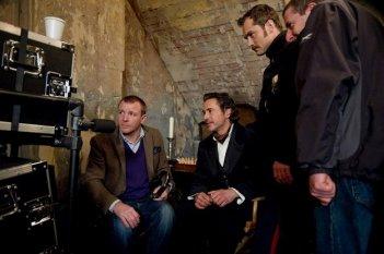 Robert Downey Jr. e Jude Law guardano insieme a Guy Ritchie i giornalieri di Sherlock Holmes: A Game of Shadows