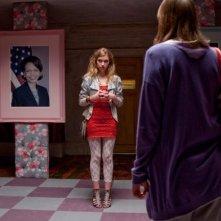 Chatroom: Imogen Poots in una scena del film, accanto ad una foto di Condoleeza Rice