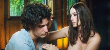 Monica Bellucci e Louis Garrell in Un été brûlant: una scena del film