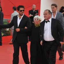 Venezia 2011, Eli Roth accompagna Lina Wertmuller sul red carpet