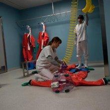 Contagion di Steven Soderbergh: Jennifer Ehle e Demetri Martin in una immagine del film