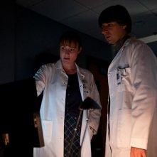 Contagion di Steven Soderbergh: Jennifer Ehle e Demetri Martin in una scena
