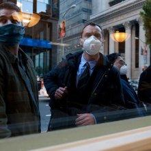Contagion: Jude Law con il volto coperto da una mascherina in una scena del film
