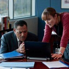 Contagion: Laurence Fishburne in una scena con Jennifer Ehle