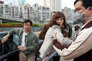 Contagion: Marion Cotillard con Chin Han in una scena drammatica del film