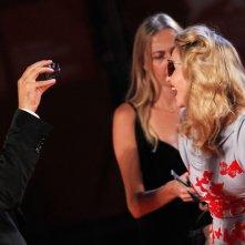 Madonna, regista di 'Edward e Wallis' si lascia scattare una foto da Guy Oseary sul tappeto rosso di Venezia 2011