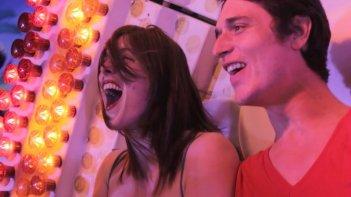 Valérie Donzelli con Jérémie Elkaïm in una sequenza di La guerre est déclarée