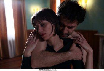 Filippo Timi abbraccia Claudia Pandolfi in Quando la notte.