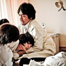 Hikari Mitsushima (al centro) nel film Tormented (2011)