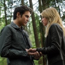 The Secret Circle: Thomas Dekker e Brittany Robertson in una scena del pilot della serie