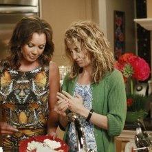 Desperate Housewives: Vanessa Williams e Felicity Huffman in una scena dell'episodio Secrets That I Never Want to Know
