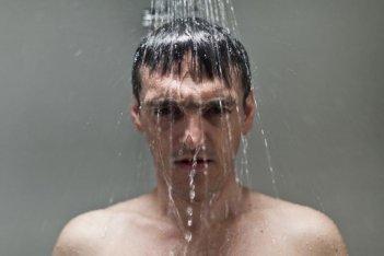 L'ultimo terrestre: Gabriele Spinelli sotto la doccia
